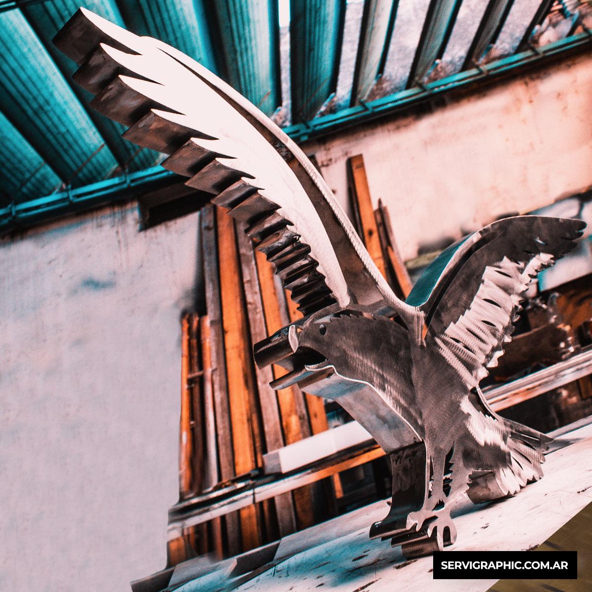 Águila corpórea fabricada de forma artesanal en chapa, terminación rustica.