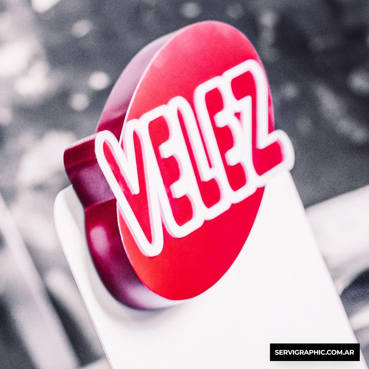 Café Velez - Exhibidores premium en chapa con logo corpóreo.